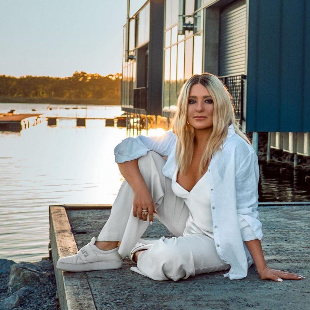 Наталья Могилевская примерила стильный осенний total white look