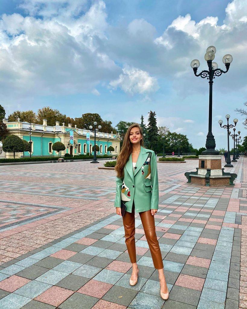 Александра Кучеренко примерила хит этого сезона – кожаные брюки