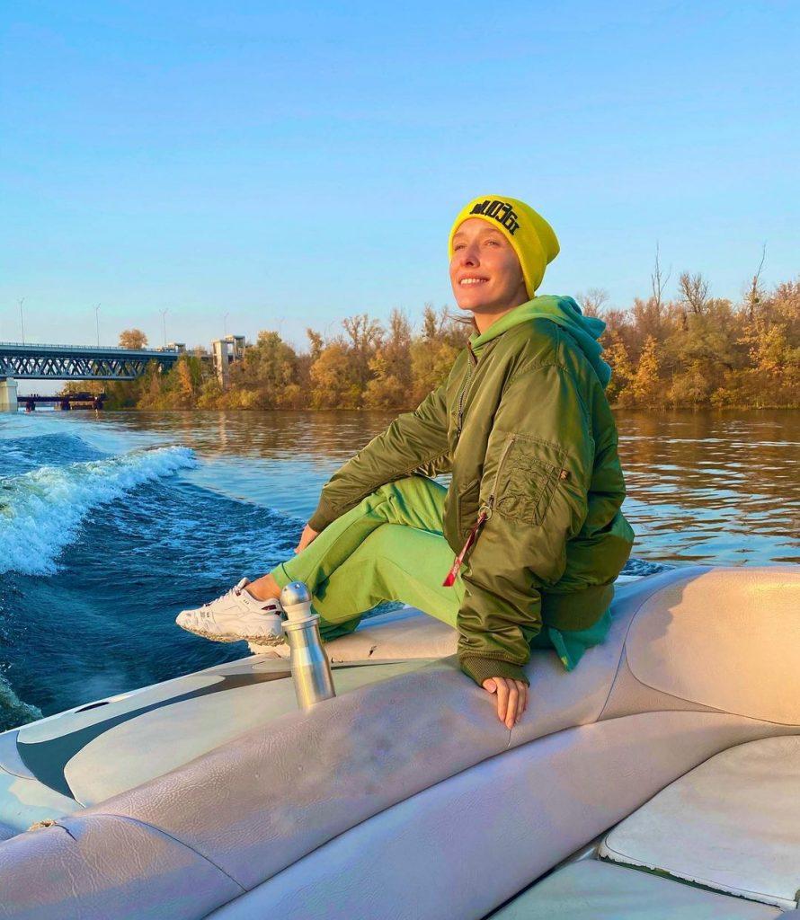 Катя Осадчая показала, как прокатилась на лодке в стильном аутфите