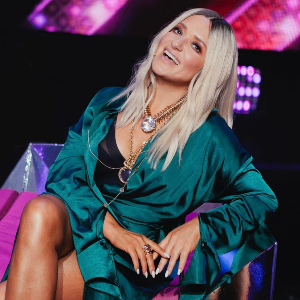 Наталья Могилевская позировала в атласном платье-халате