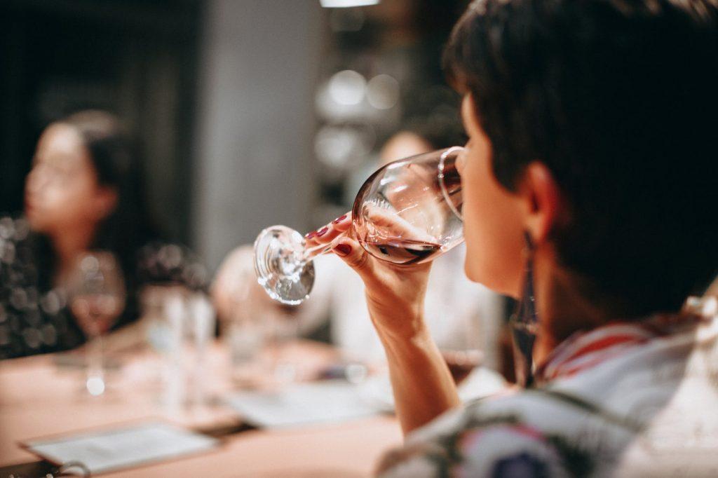 Красное сухое вино замедляет старение