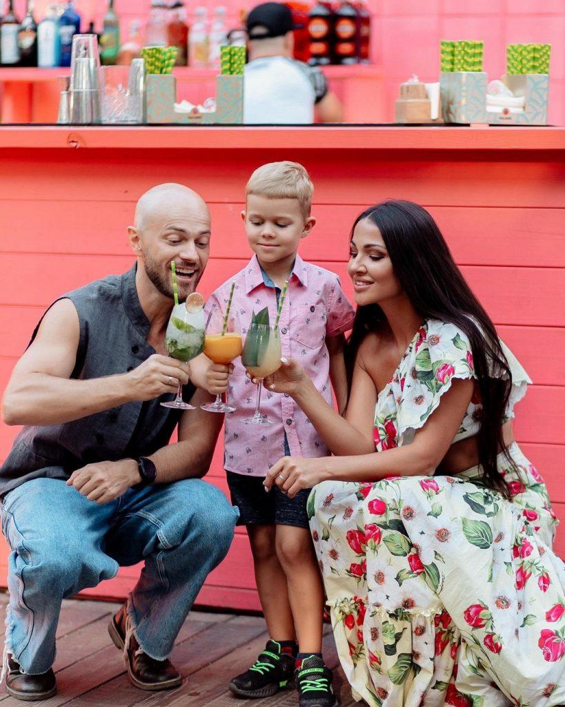 Влад Яма показал лицо сына на совместной семейной фотографии