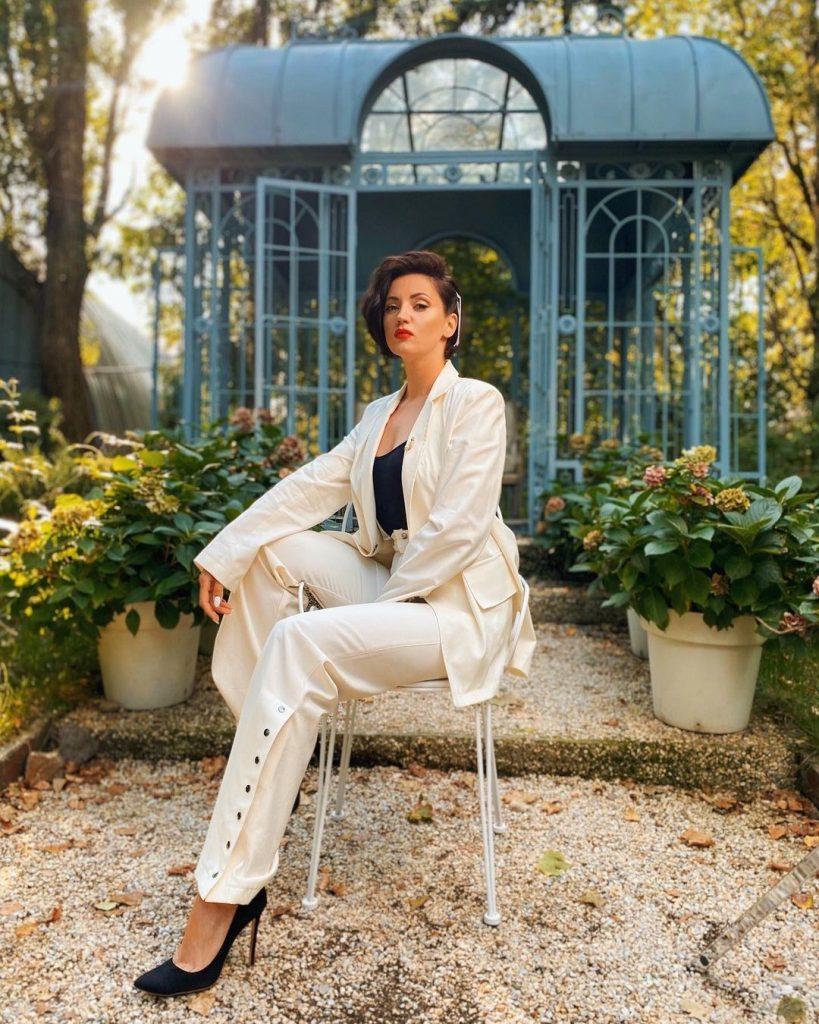 Оля Цибульская показала стильный образ в молочно-белом брючном костюме