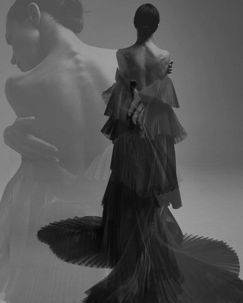 Екатерина Кухар очаровала поклонников образом в платье с оголенной спиной