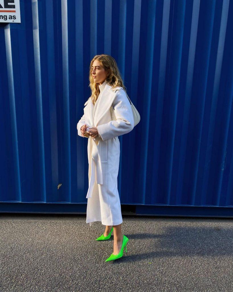 Белое пальто: звезды стритстайла показали тренд этого сезона