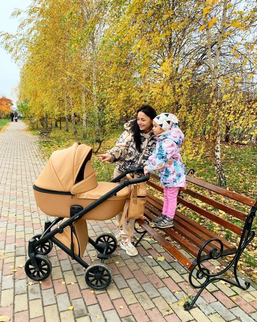 Илона Гвоздева прогулялась с дочкой и новорожденным сыном