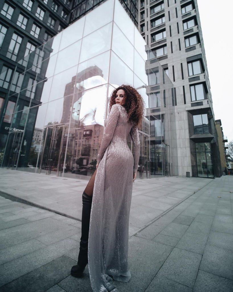 Настя Каменских привела в восторг поклонников образом в платье с глубоким разрезом