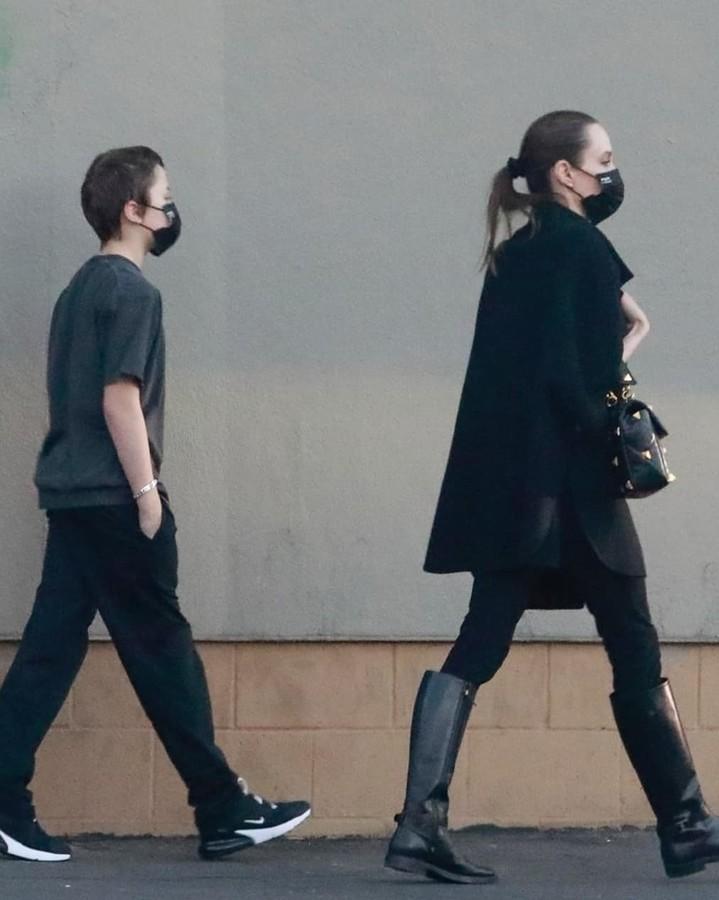 Восхитительная Анджелина Джоли на шопинге с сыном