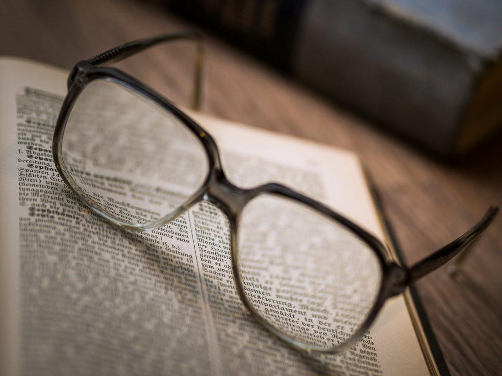 Специалисты назвали 4 вредные привычки, которые портят зрение