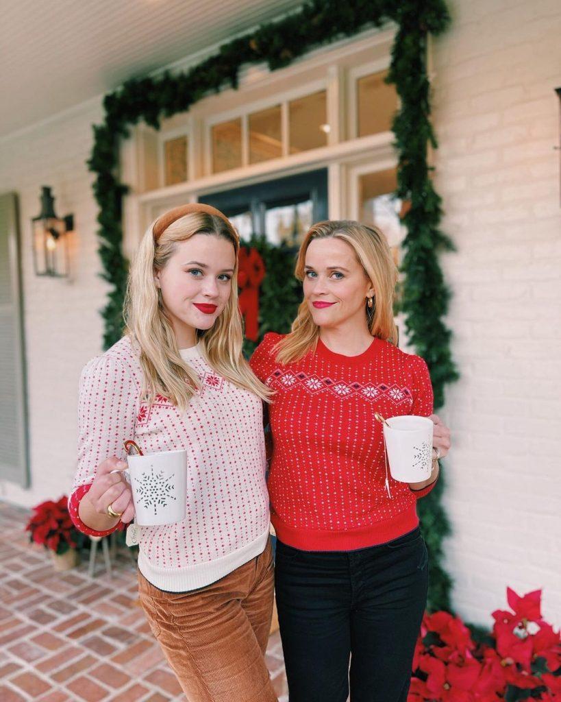 Риз Уизерспун и ее дочка, как две капли похожая на нее, примерили праздничные свитера