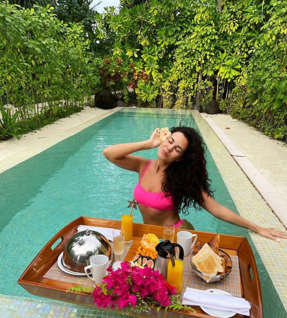 Настя Каменских показала свой завтрак на Мальдивах, который ей принесли прямо в бассейн