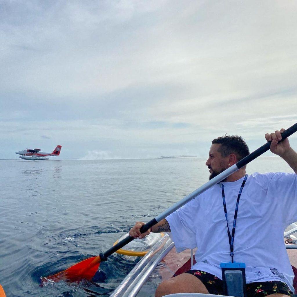 MONATIK с женой показали волшебные кадры с прогулки на лодке с прозрачным дном