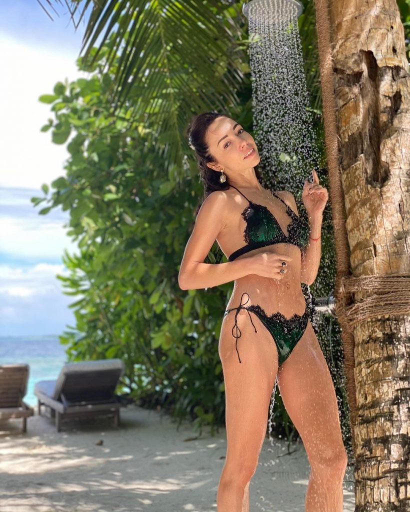 Екатерина Кухар позировала в откровенном бикини на пляже