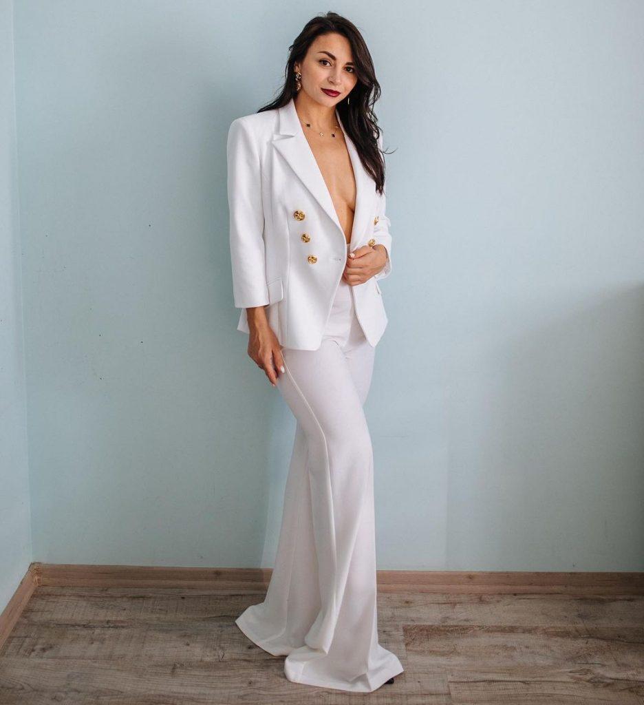 похудевшая Илона Гвоздева позировала в брючном костюме total white