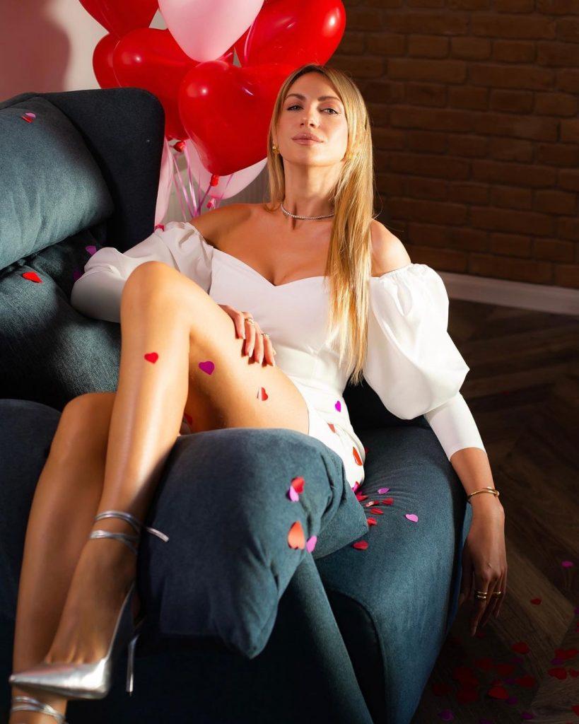 Леся Никитюк показала два стильных платья, похваставшись идеальными формами