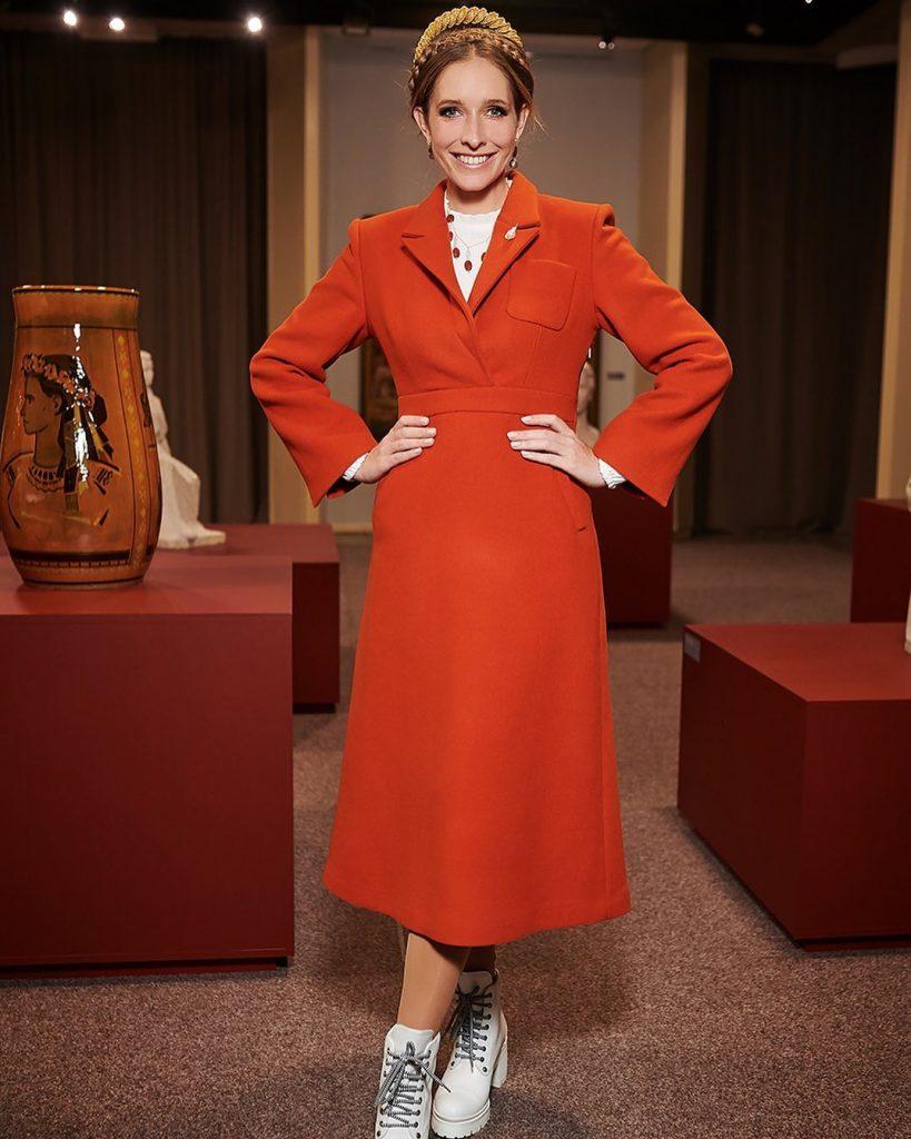 Катя Осадчая показала образ в оранжевом платье-пальто, идеальном для весны