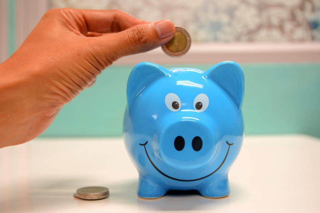 Психологи рассказали, как правильно выдавать карманные деньги ребенку