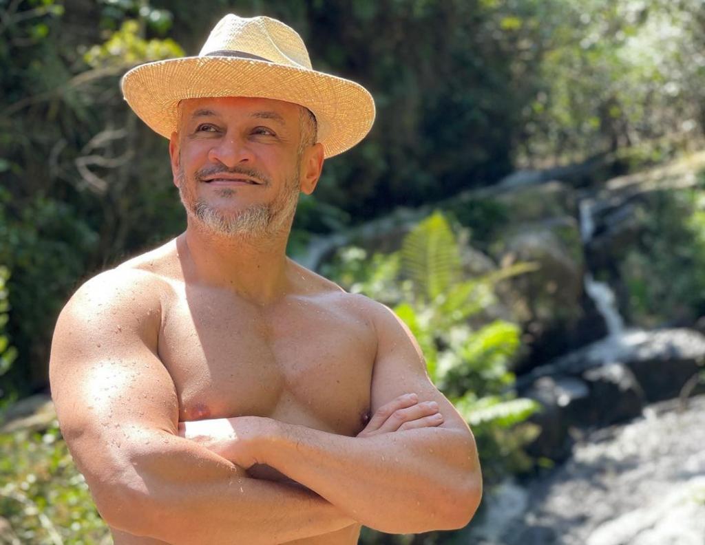 пользователи обсуждают фото Эктора Хименеса-Браво с отдыха в Колумбии