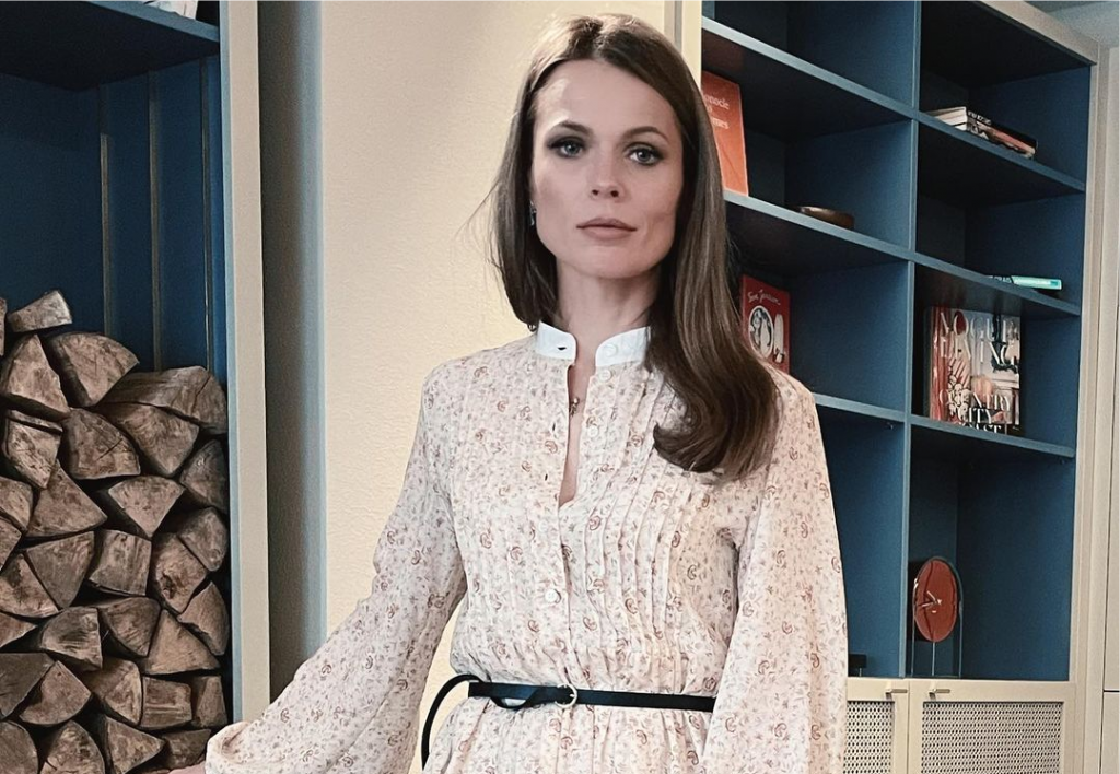 Ольга Фреймут очаровала пользователей весенним образом в платье с цветочным принтом