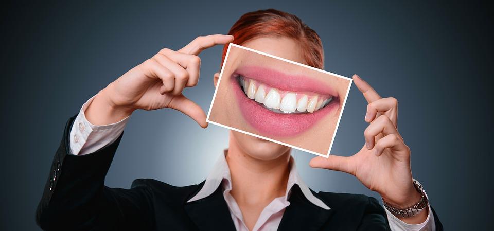 Стоматологи говорят: нехватка этих витаминов может вызывать кровоточивость десен