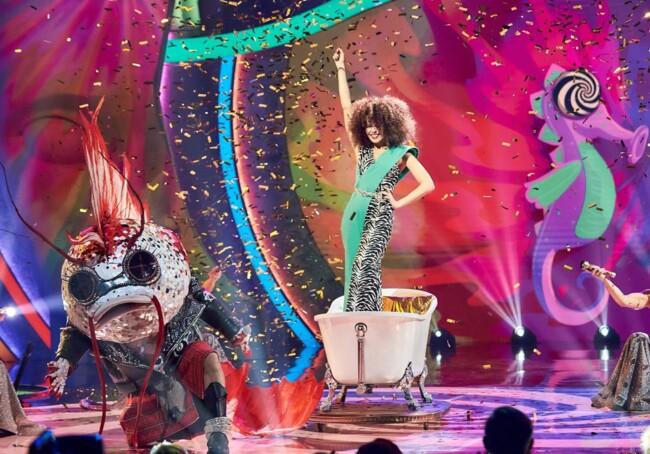 Настя Каменских устроила горячие танцы в ванной на шоу «Маска»