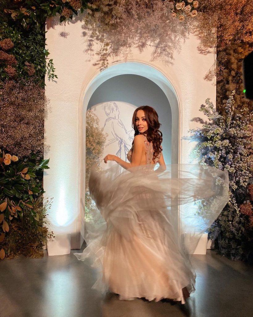 Екатерина Кухар очаровала образом в воздушном платье с пышной юбкой