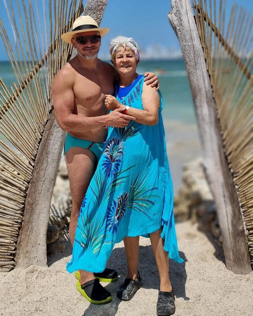 Эктор Хименес-Браво показал маму на пляже в Колумбии