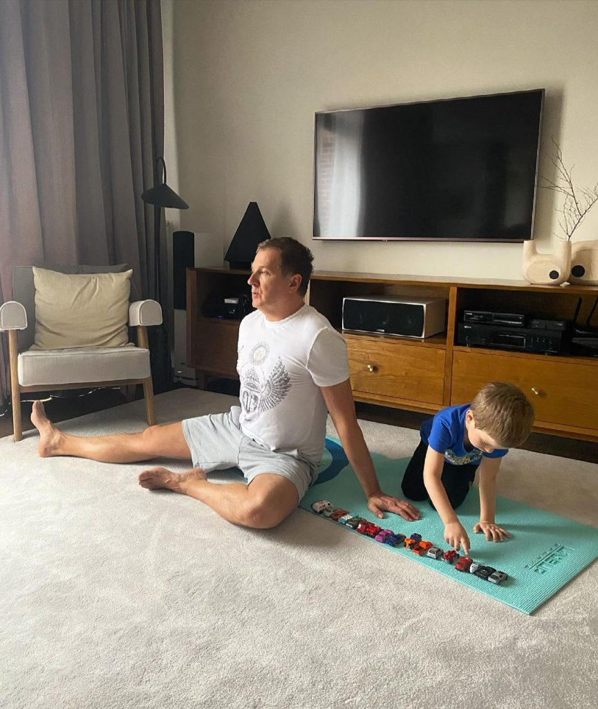 Катя Осадчая показала, как ее муж занимается йогой вместе с сыном
