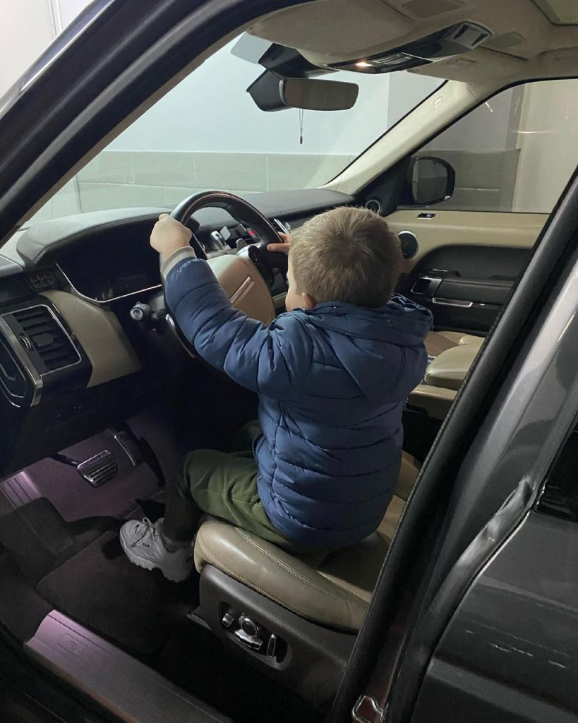 Юрий Горбунов показал сына за рулем элитного автомобиля Range Rover