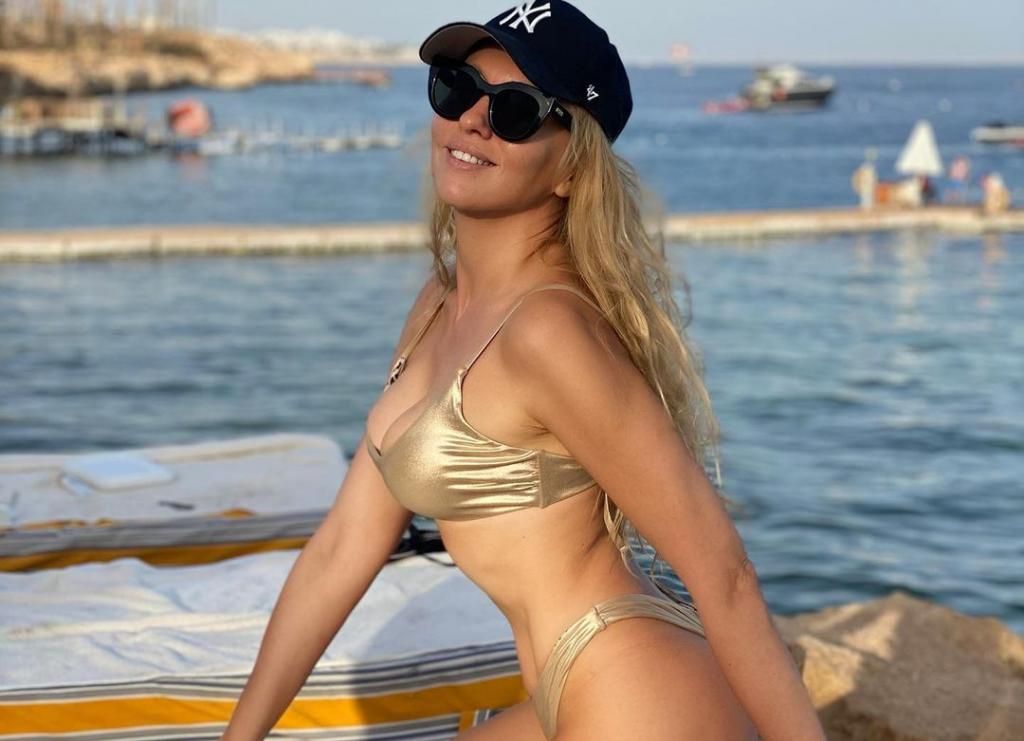 Оля Полякова засыпала Instagram фото в золотистом бикини