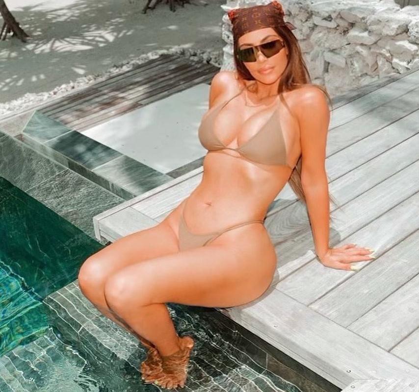 Ким Кардашьян похвасталась фигурой в купальнике, который не выходит из моды