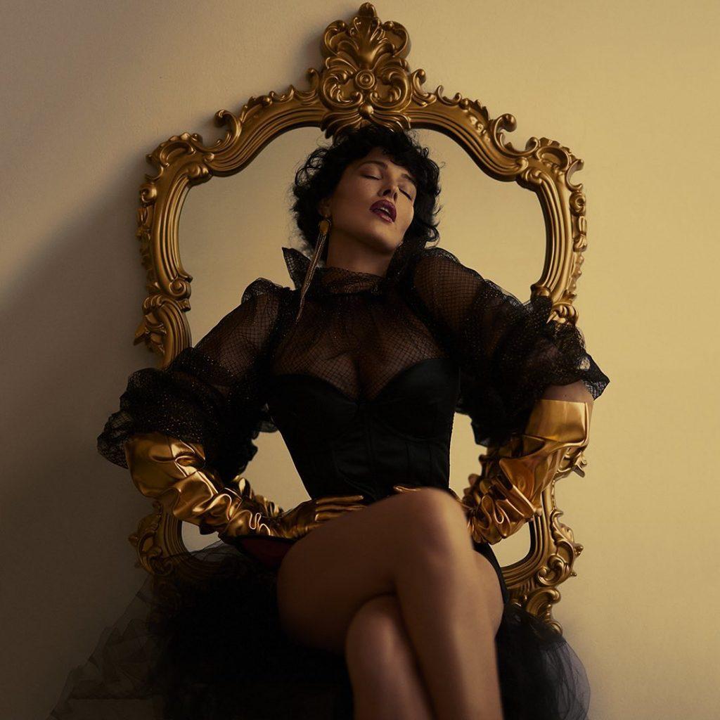 соблазнительная Даша Астафьева позировала в наряде от Dolce&Gabbana