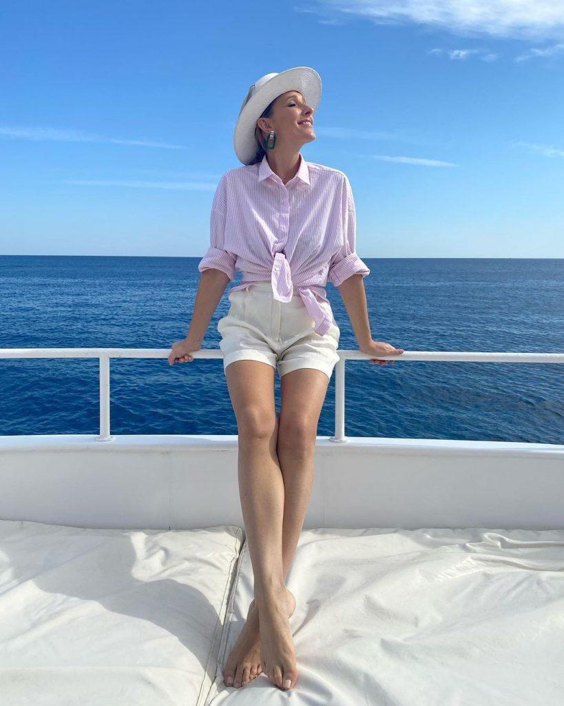 Катя Осадчая привела в восторг подписчиков снимками в коротких шортах