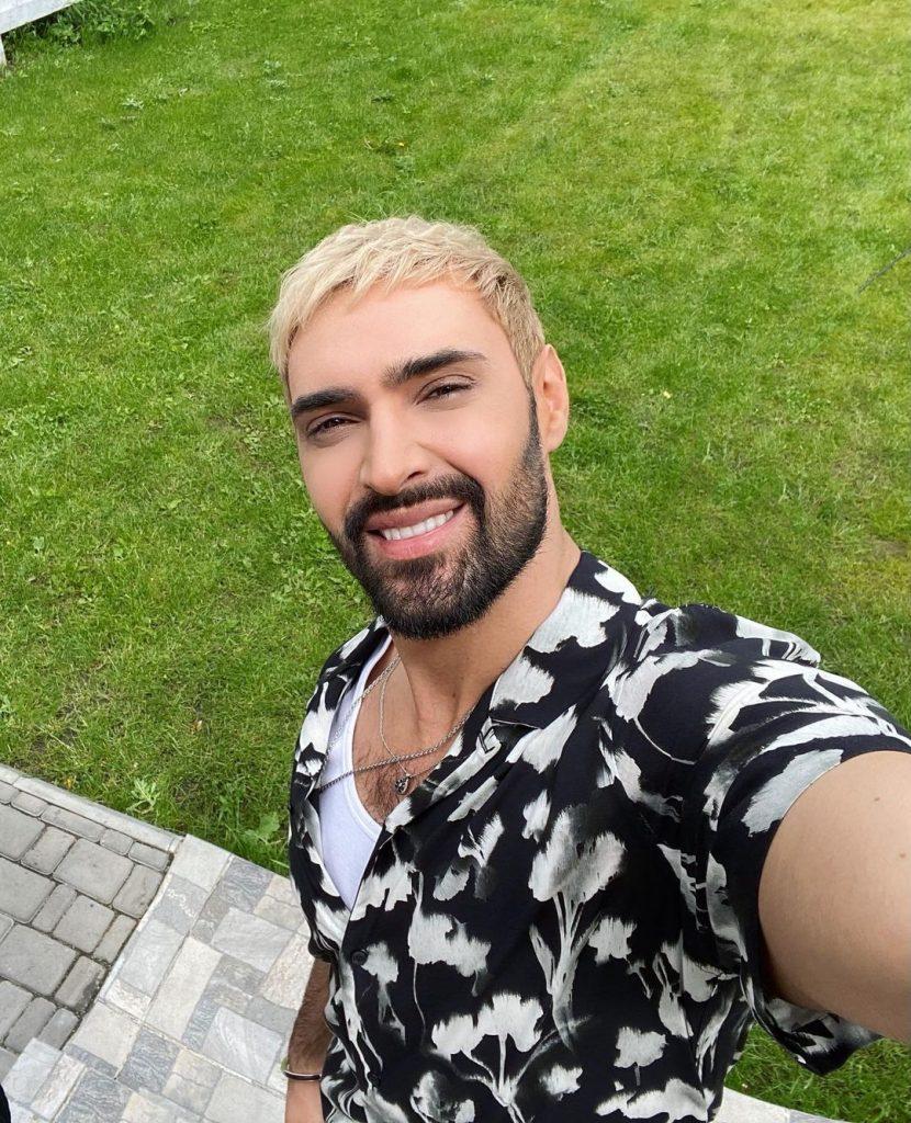 Виталий Козловский перекрасил волосы в белый цвет