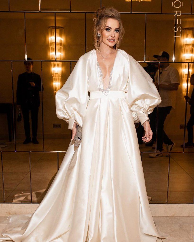 поклонники засыпали Славу Каминскую в роскошном платье комплиментами