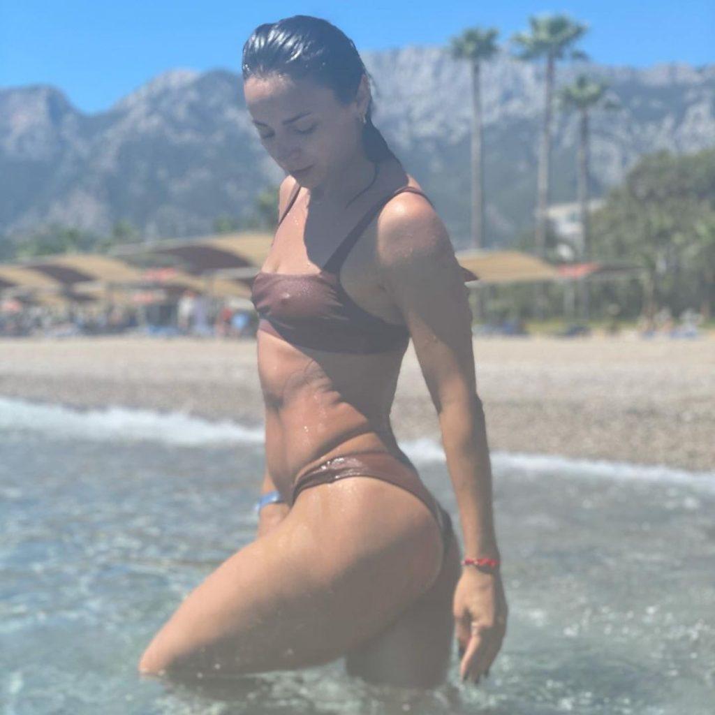Илона Гвоздева устроила фотосессию в купальнике, похваставшись подтянутой фигурой