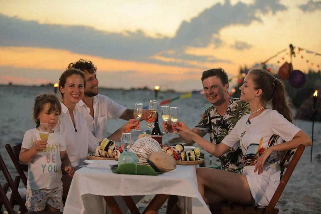 Дмитрий Комаров показал, как провел время с женой на райском острове