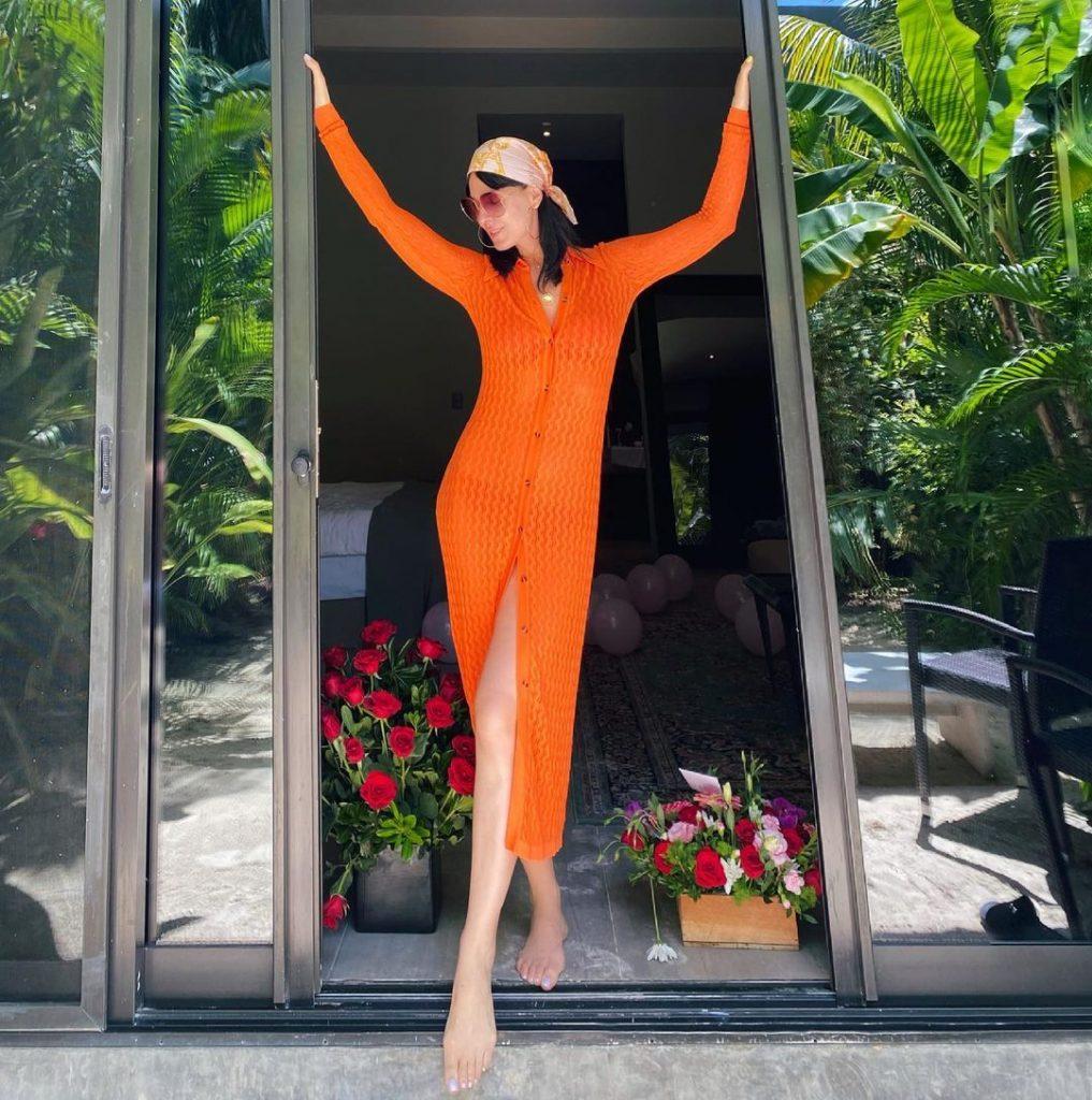Маша Ефросинина восхитила поклонников фигурой в стильном халате оттенка tangerine