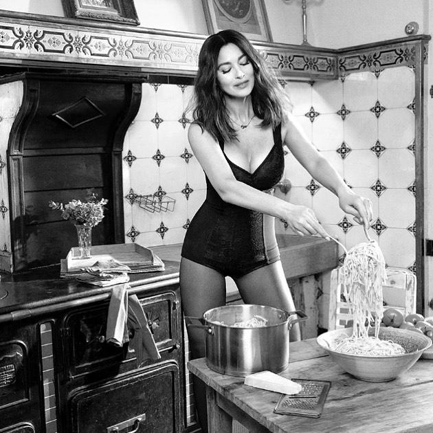 Моника Беллуччи позировала в одном лишь боди, похваставшись невероятной фигурой