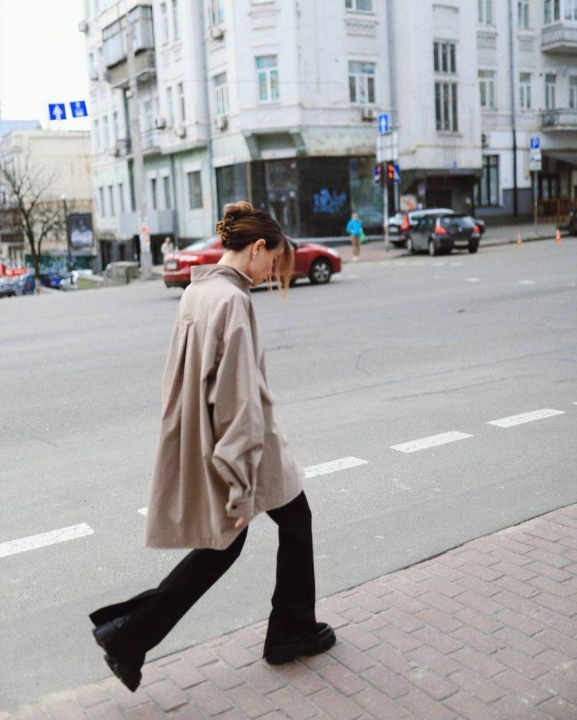Надя Дорофеева показала, как этим летом носить рубашку, чтобы это выглядело стильно