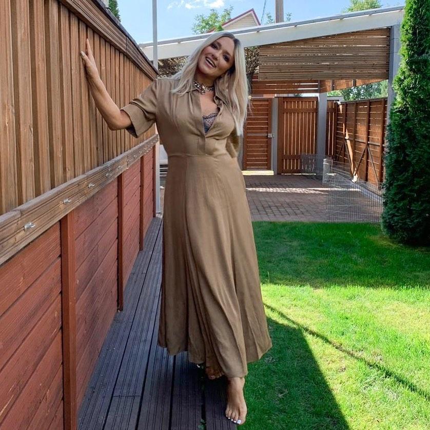 поклонники обсуждают помолодевшую Наталью Могилевскую в платье и босиком