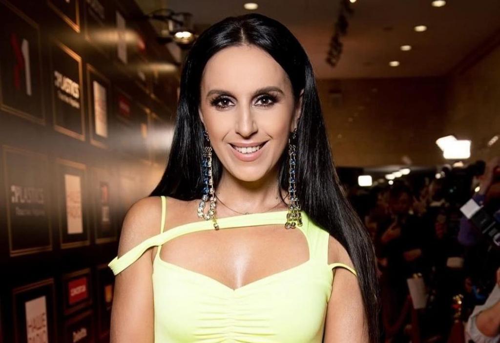 Похудевшая Джамала в платье неонового оттенка красовалась на красной дорожке YUNA 2021