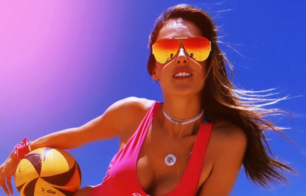 Алессандра Амбросио показала очень стильную версию культового купальника