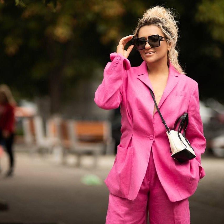 Наталья Могилевская показала стильный look в малиновом костюме