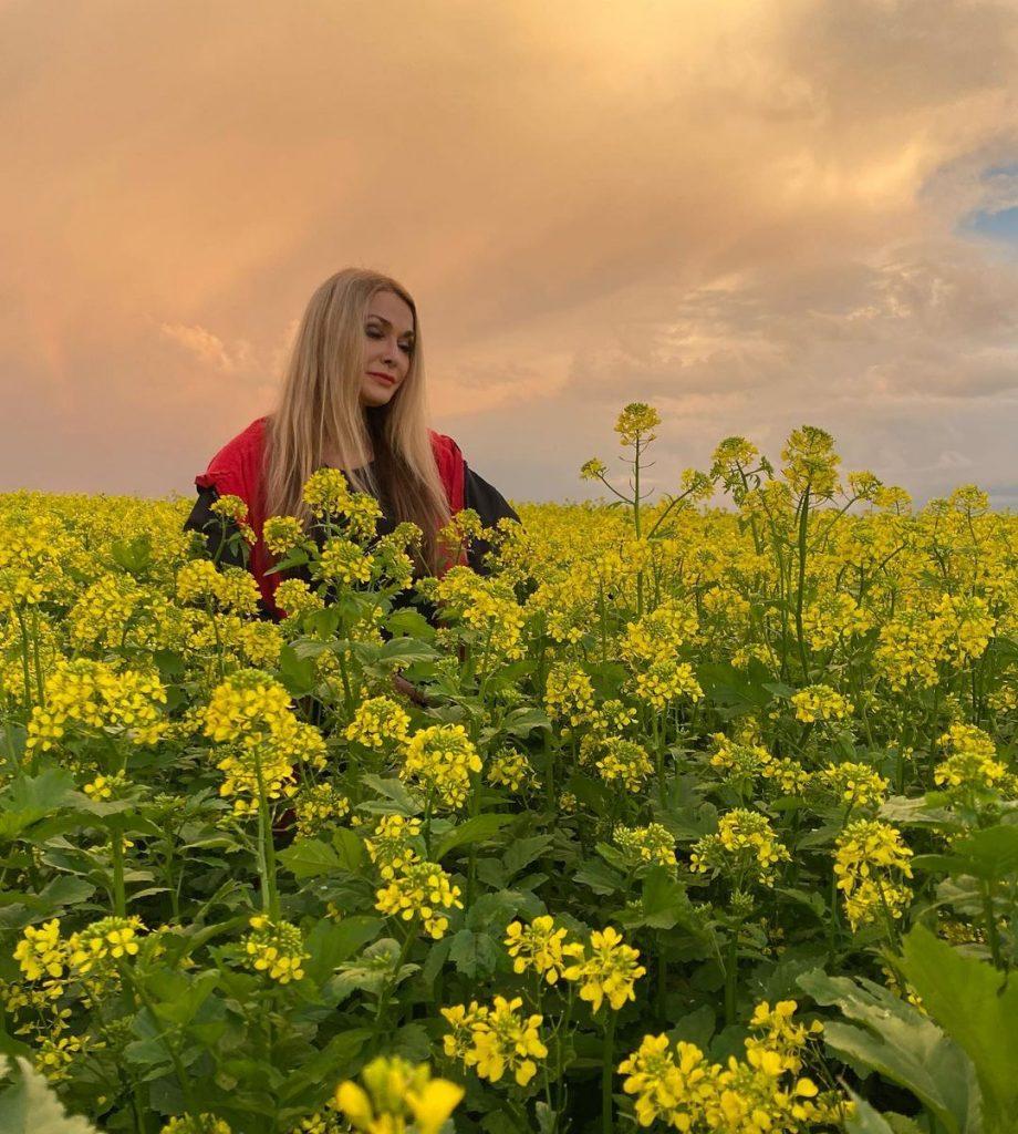 Ольга Сумская очаровала красотой, позируя посреди украинского поля
