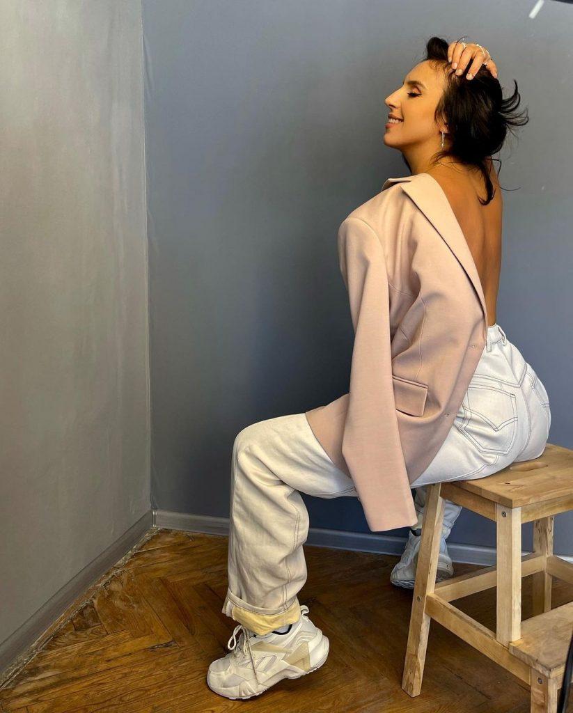 Джамала приняла участие в эротической фотосессии, прикрывшись лишь пиджаком