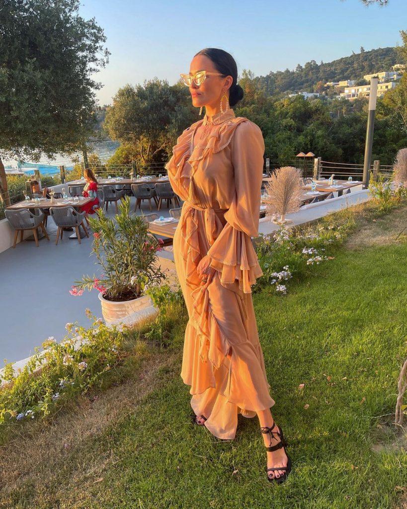 Даша Астафьева позировала в шикарном платье с оборками в стиле винтаж