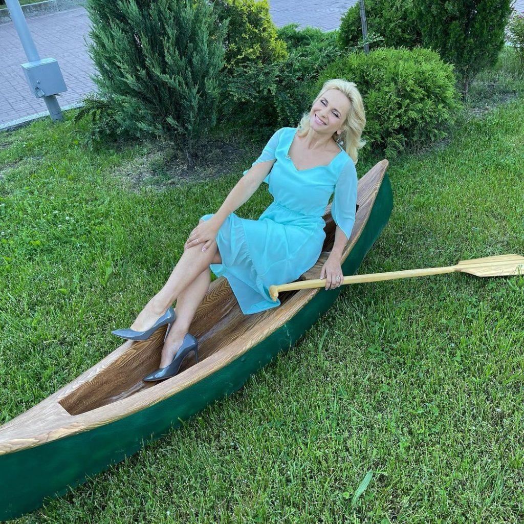Лилия Ребрик в нежном платье оттенка незабудки очаровала поклонников