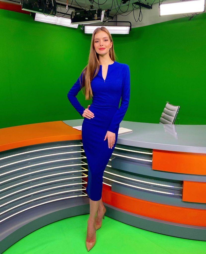 Александра Кучеренко похвасталась точеной фигурой в платье цвета электрик