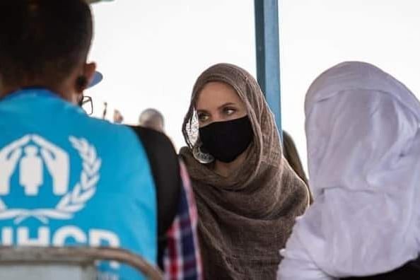 Анджелина Джоли посетила беженцев в Африке